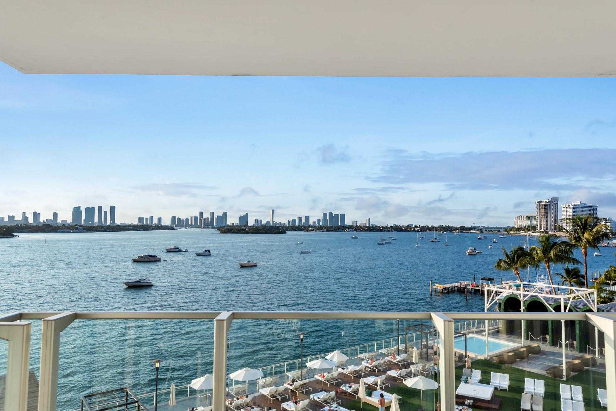 1100 West 522 Bay view Balcony Studio, Gym, Spa, Pool