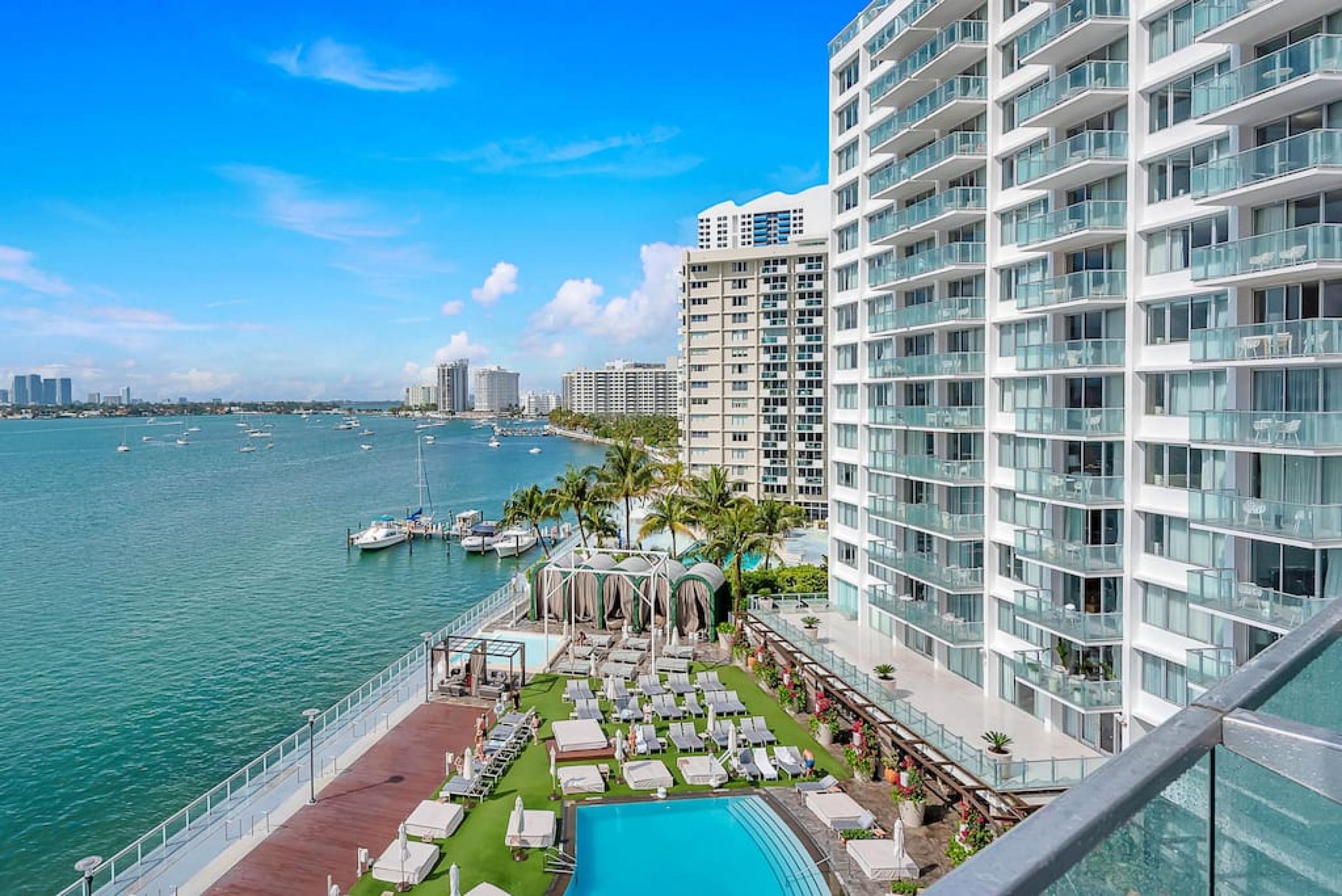 1100 West 726 Luxury Bay View 2 Bedroom 2 Bath Suite & Balcony