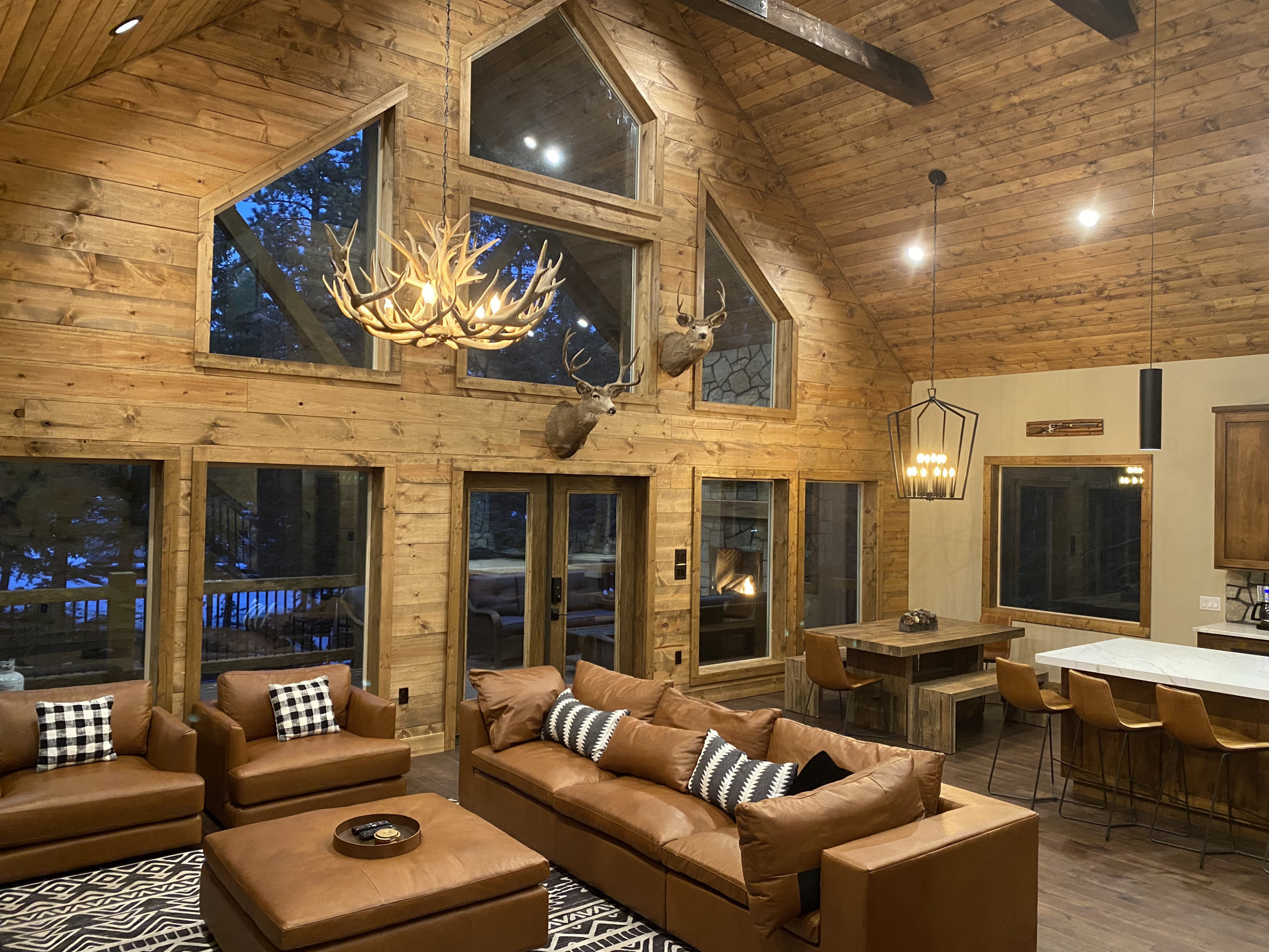 NEW Spacious Cabin with rustic elegance on 1 acre!