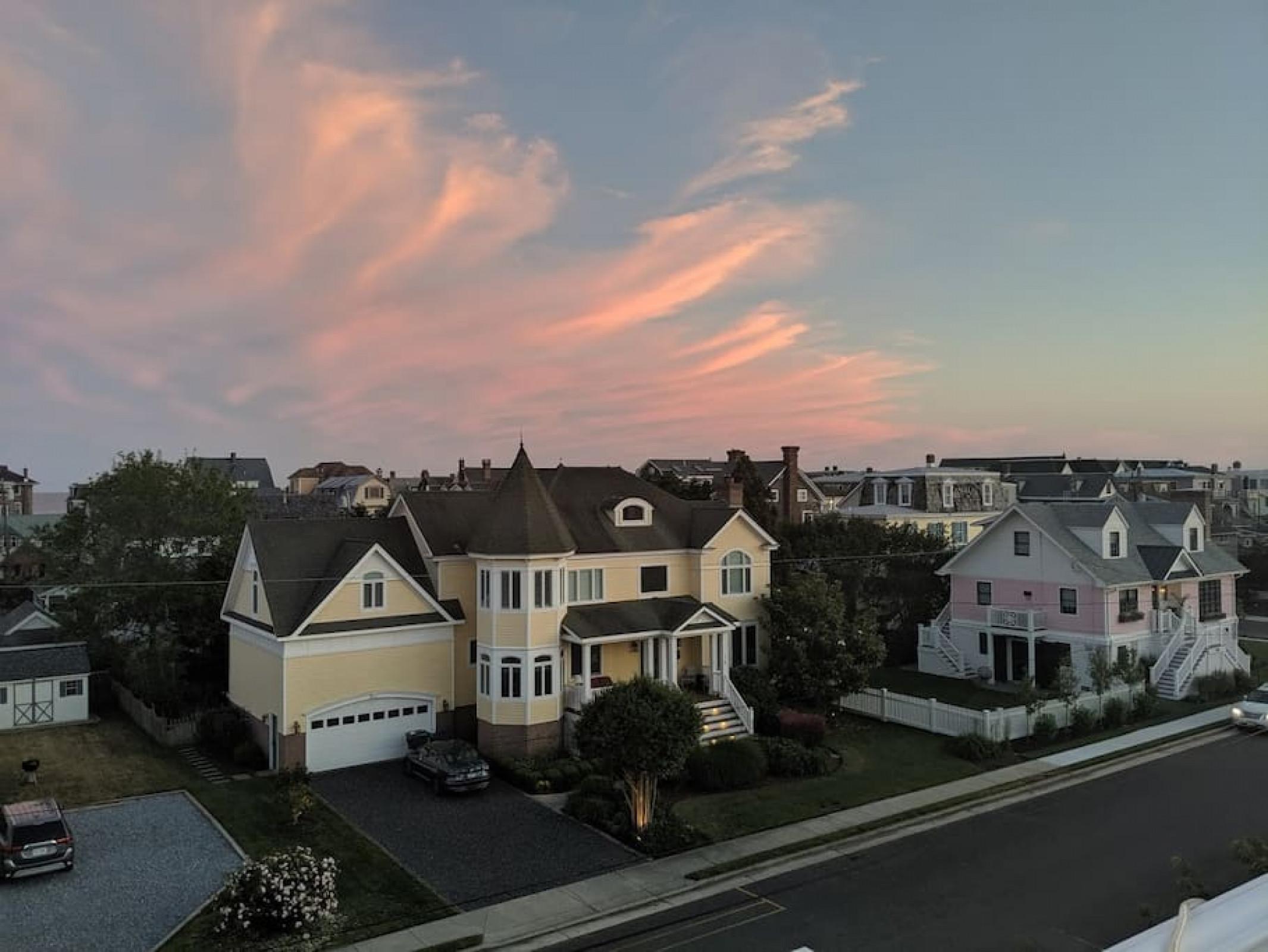 Enjoy Rooftop Deck, 2 blocks to beach & town.